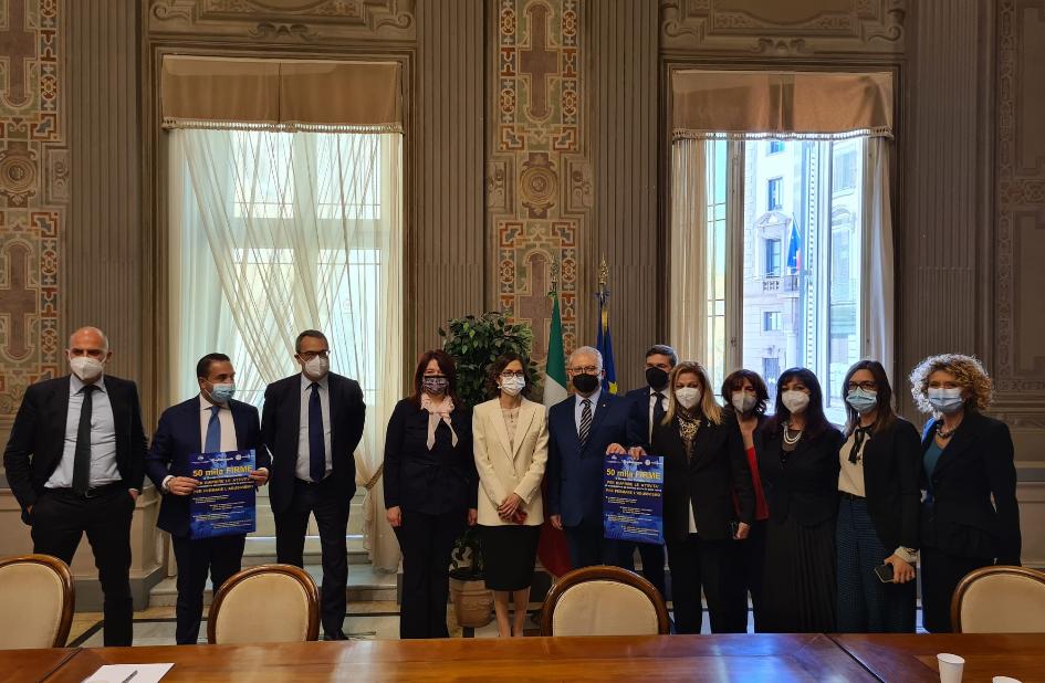 Consegnate al ministro Gelmini 50mila firme per riaprire nelle zone rosse le attività di acconciatura ed estetica